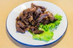 Grillat thailändskt nötkött för ` som s skivades på dekorerad maträtt, kallade Gråt Tiger Royaltyfri Bild