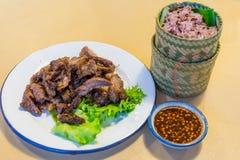 Grillat thailändskt nötkött för ` som s skivades på dekorerad maträtt, kallade Gråt Tiger Royaltyfri Fotografi