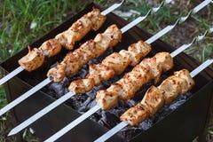 Grillaufsteckspindeln mit Fleisch auf dem Messingarbeiter Huhn shish kebab Stockbilder