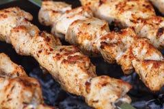 Grillaufsteckspindeln mit Fleisch auf dem Messingarbeiter Huhn shish kebab Lizenzfreie Stockbilder
