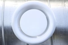 Grille d'aération sur un conduit circulaire image libre de droits