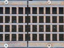 Grille de drain en métal Nettoyez la rue de ville image libre de droits