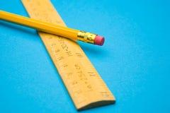 Grille de tabulation et crayon images stock