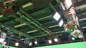Grille des lumières dans un studio de télévision banque de vidéos