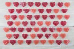 Grille large de vue des coeurs gommeux rouge foncé et roses Photographie stock libre de droits