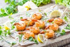 Grilled油煎了在木串的虾大虾用香料 免版税库存照片