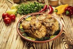 Grilled油煎了在木背景的烤鸡Tabaka,英王乔治一世至三世时期 库存照片