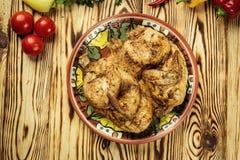 Grilled油煎了在木背景的烤鸡Tabaka,英王乔治一世至三世时期 库存图片