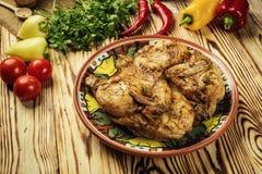 Grilled油煎了在木背景的烤鸡Tabaka,英王乔治一世至三世时期 免版税库存图片