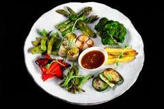 Grilled混合了在一块白色板材的菜 免版税图库摄影