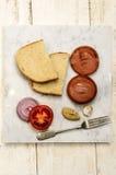 Grilled烫伤了在一块大理石板材的香肠 免版税库存照片