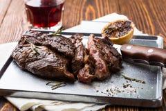 Grilled用了卤汁泡牛后腹肉排 免版税库存图片