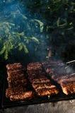 Grilled肉末卷叫Mici或在传统罗马尼亚烹调的Mititei在烤肉格栅的一个夏日烹调了外面 免版税图库摄影