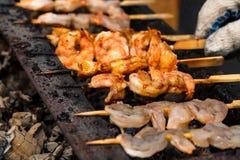 Grilled зажарило морепродукты на протыкальниках на решетке металла стоковые изображения