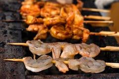 Grilled зажарило морепродукты на протыкальниках на решетке металла стоковое фото rf