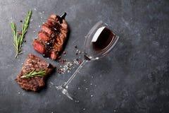 Grilled отрезало стейк говядины стоковые изображения