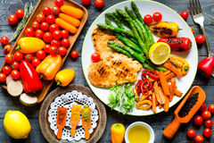 Grilled chicken breast with fresh vegetables Stock Photos