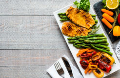 Grilled chicken breast with fresh vegetables Royalty Free Stock Photography