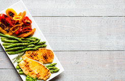 Grilled chicken breast with fresh vegetables Royalty Free Stock Photos