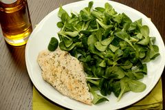 Grilled chicken breast with salad Royalty Free Stock Images