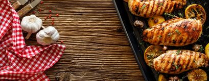Free Grilled Chicken Breasts With Thyme, Garlic And Lemon Slices On A Grill Pan On A Wooden Background Stock Image - 178461831