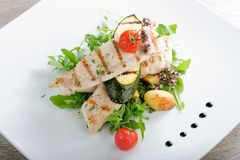 Grilled chicken fillet with fresh vegetables Royalty Free Stock Photography