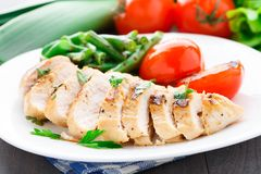Grilled chicken with green beans and tomatoes Royalty Free Stock Photos