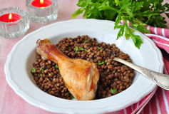 Grilled chicken with a lentil, olive oil and parsley Royalty Free Stock Photos