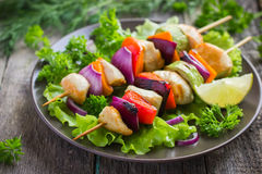 Grilled chicken and vegetable kebabs Royalty Free Stock Photos