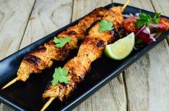 Grilled cnicken kebaben som tjänas som med sallad och limefrukt royaltyfri foto
