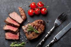 Grilled a coupé en tranches le bifteck de boeuf Photos stock