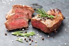 Grilled a coupé en tranches le bifteck de boeuf Photographie stock libre de droits