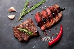 Grilled a coupé en tranches le bifteck de boeuf Images libres de droits