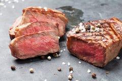 Grilled a coupé en tranches le bifteck de boeuf Photo stock