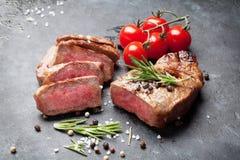 Grilled a coupé en tranches le bifteck de boeuf Images stock