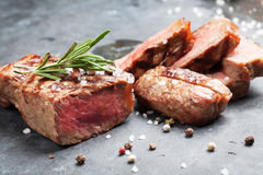 Grilled a coupé en tranches le bifteck de boeuf Photo libre de droits