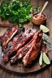 Grilled a coupé en tranches des nervures de porc de barbecue Photos stock