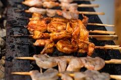 Grilled a fait frire des fruits de mer sur des brochettes sur la grille en métal image stock