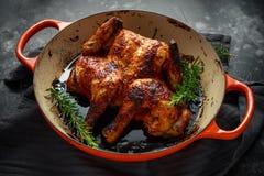 Grilled frió el pollo asado Tabaka en sartén con romero foto de archivo