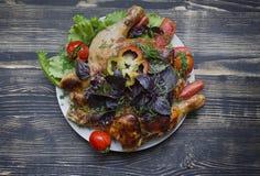 Grilled fritou o frango assado Tabaka na frigideira no fundo de madeira imagens de stock