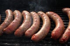 Grilled fumou salsichas fora Carne cozida no BBQ da grade Guloseimas da carne Salsichas caseiros das salsichas na grade Rua FO foto de stock