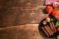 Grilled a grillé tout entier la saucisse avec des champignons photographie stock libre de droits