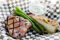 Grilled marinated t-косточки овечки с raita огурца Стоковое Изображение RF