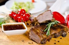 Grilled marinierte Rippen mit würziger Soße Stockfoto
