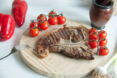 Grilled meat steak with fresh vegetables Royalty Free Stock Images