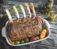 Grilled a rôti le support des côtelettes d'agneau de veau avec des légumes dans le plat de cuisson en céramique photo libre de droits