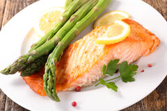 Grilled salmon with asparagus. And lemon Royalty Free Stock Images