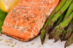 Grilled salmon with asparagus Royalty Free Stock Photos