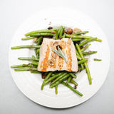 Grilled salmon with green beans Royalty Free Stock Images