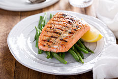Grilled salmon with green beans Royalty Free Stock Photos